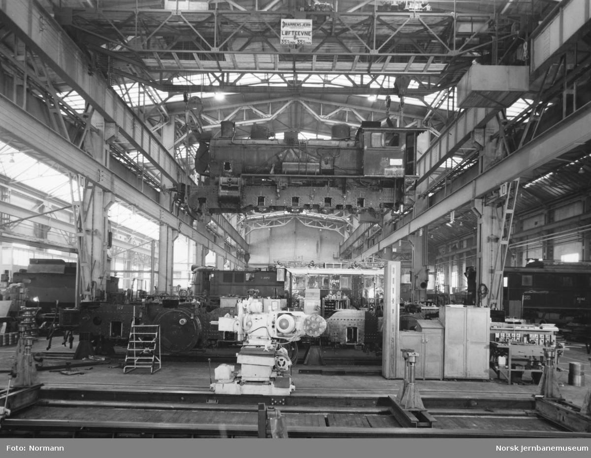 Verkstedhall med damplokomotiv type 24b nr. 264 i kran på Verkstedet Grorud