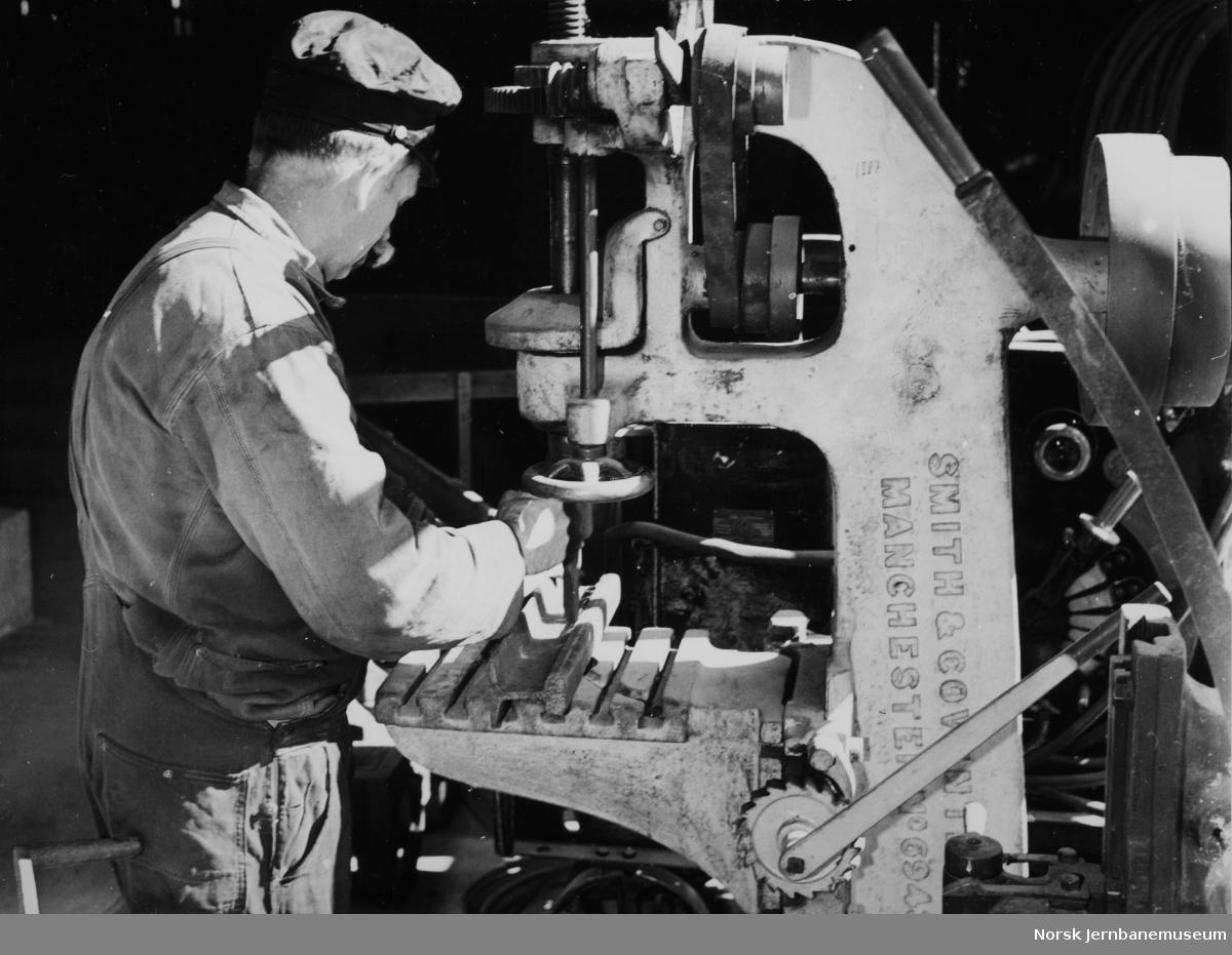 Verkstedarbeider Ivar Åsbrein ved en boremaskin på NSB Verkstedet Hamar