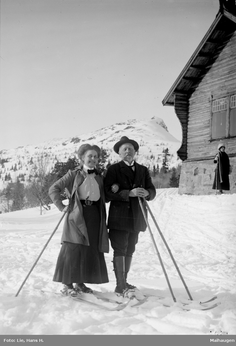 Fefor, Frkn Magnus med herre, mann og kvinne på ski ved Fefor Høifjellshotell, kvinne i bakgrunnen
