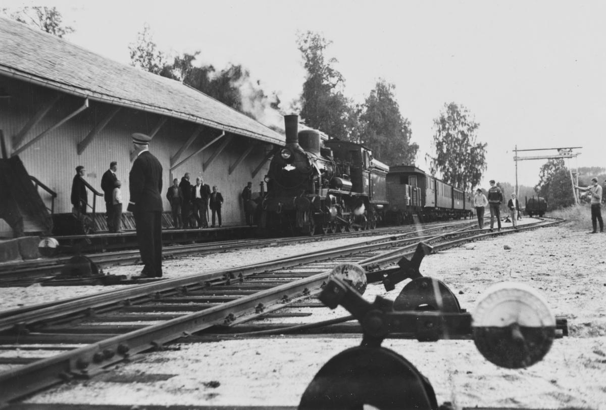 A/L Hølandsbanens veterantog har ankommet Krøderen stasjon. Toget trekkes av damplokomotiv 18c 245.
