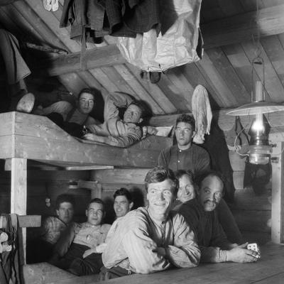 Skogsarbeidere i koia. Ca. 1920-1932.. Foto/Photo