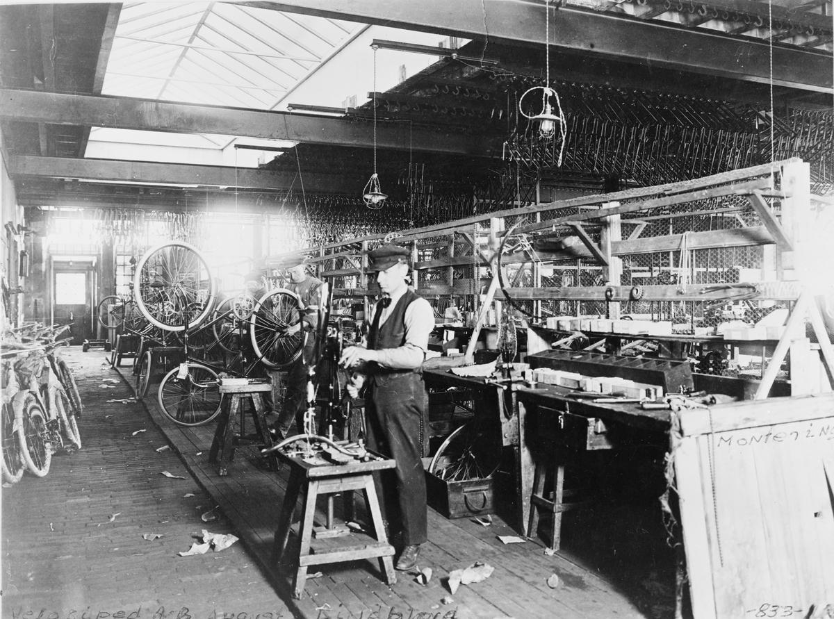 Montering av cyklar. Verkstad vid Velociped AB Lindblad.