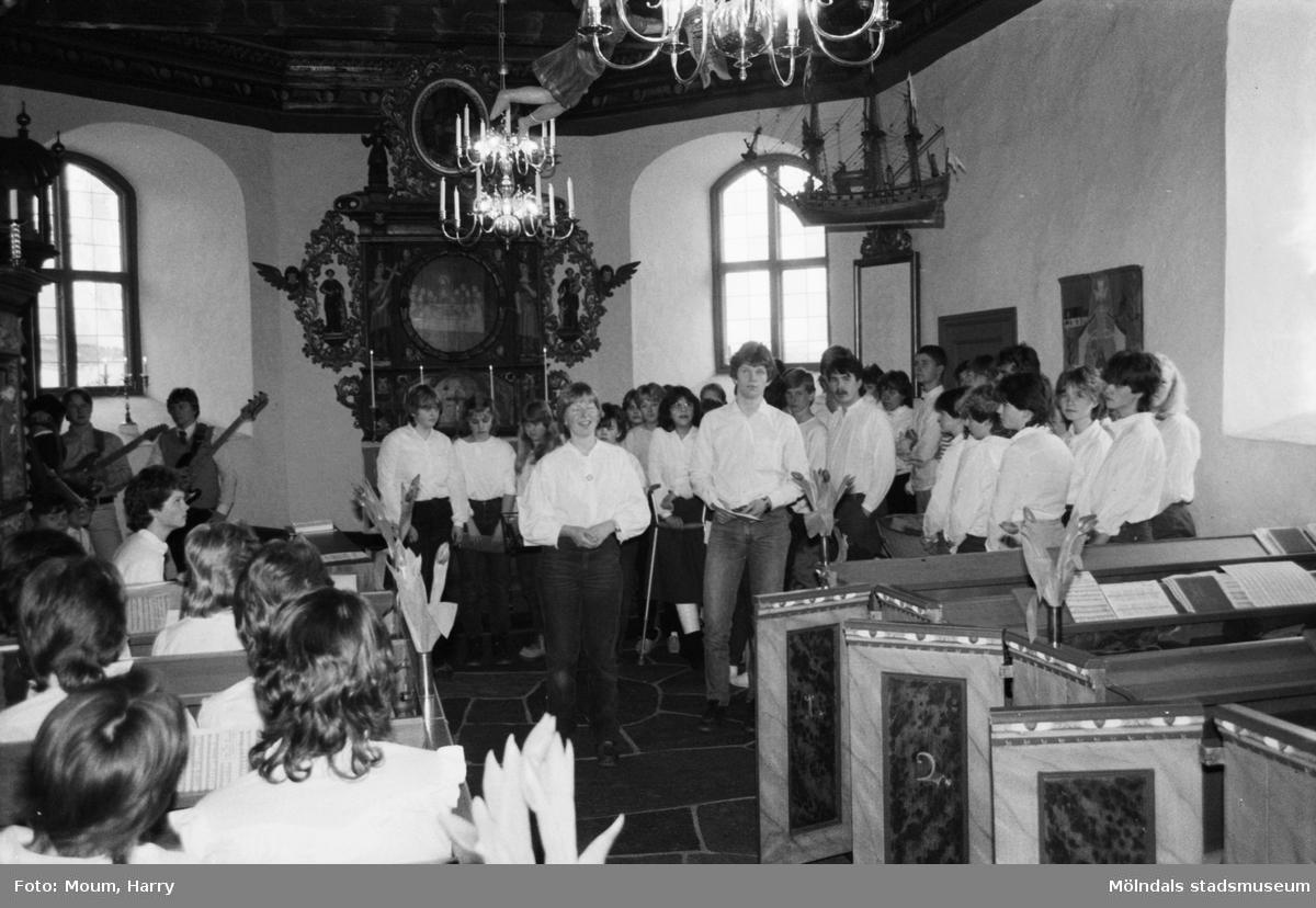 Gospelkören Seier från Mölndals vänort i Norge gästar Kållered, år 1984. Musik och sång i Kållereds kyrka.  För mer information om bilden se under tilläggsinformation.