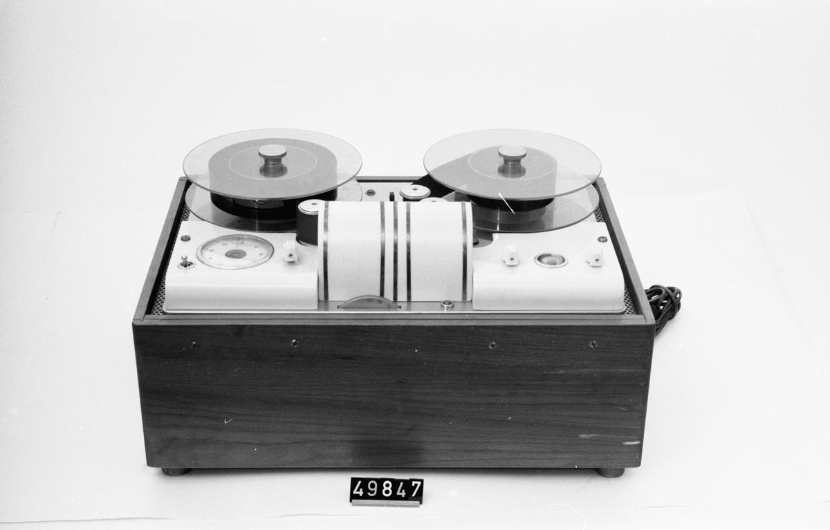 Två st. bandspelare, en med 20 spår (D 231) och en med 16 spår. Vikt: 25,0 + 20,0 kg.
