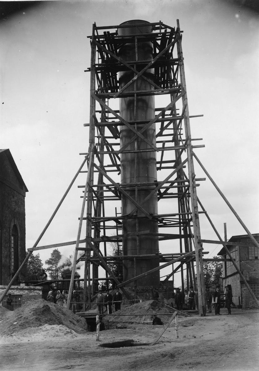 Krementschugs Järnverks AB. Vattenbehållare. Vattnet erhölls från nio borrade brunnar. 1897-1902 förestod O. Larsson masugnsdriften och det nyanlagda gjuteriet, de två senare åren var han direktör för bruket.