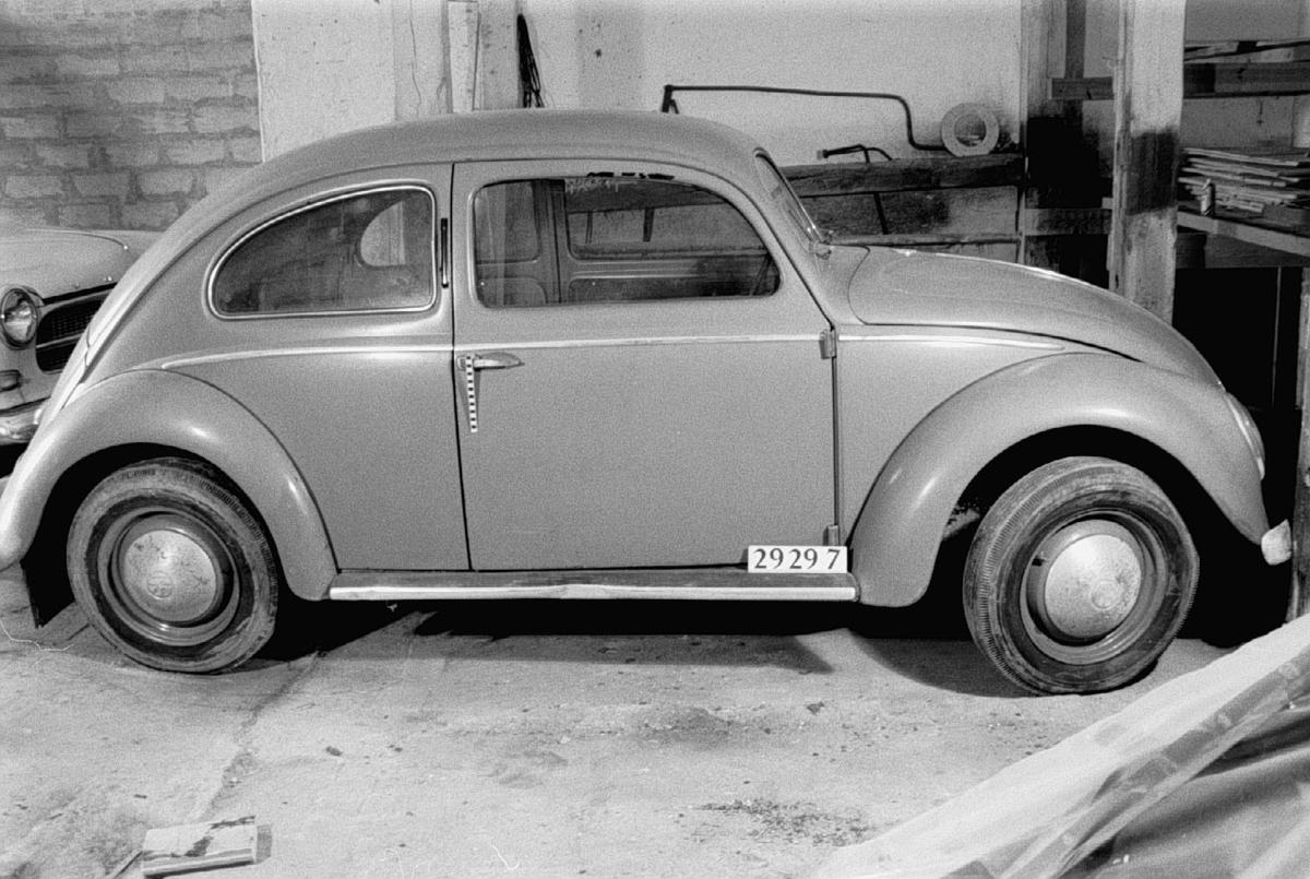 """Tvådörrars täckt personbil för fyra passagerare med liggande luftkyld motor placerad bak. Ursprungligen svart men omlackerad till grön. Bilen har flera mindre plåtskador.  Tillverkningsnummer 1-0107 851. Registreringsnummer AA42171.   Fyracylindrig fyrtaktsmotor, cylindervolym 1 131 cc Effekt 24 hk vid 3 000 varv/minut. Kompr. 5,8:1.  Fyra växlar och backväxel.   Typ: 11  Chassinummer: 1-0107 851  Motornummer: 1-0139 108  Extra utr: 1st reservdäck med slang  Däck, fram dim: 5.00x16"""", bak dim: 5.00x16"""", reserv dim: 5.00x16"""".  Märkning: Nyckel dörr: F342. Nyckel tändning: A49. Nyckel huvar: F342."""