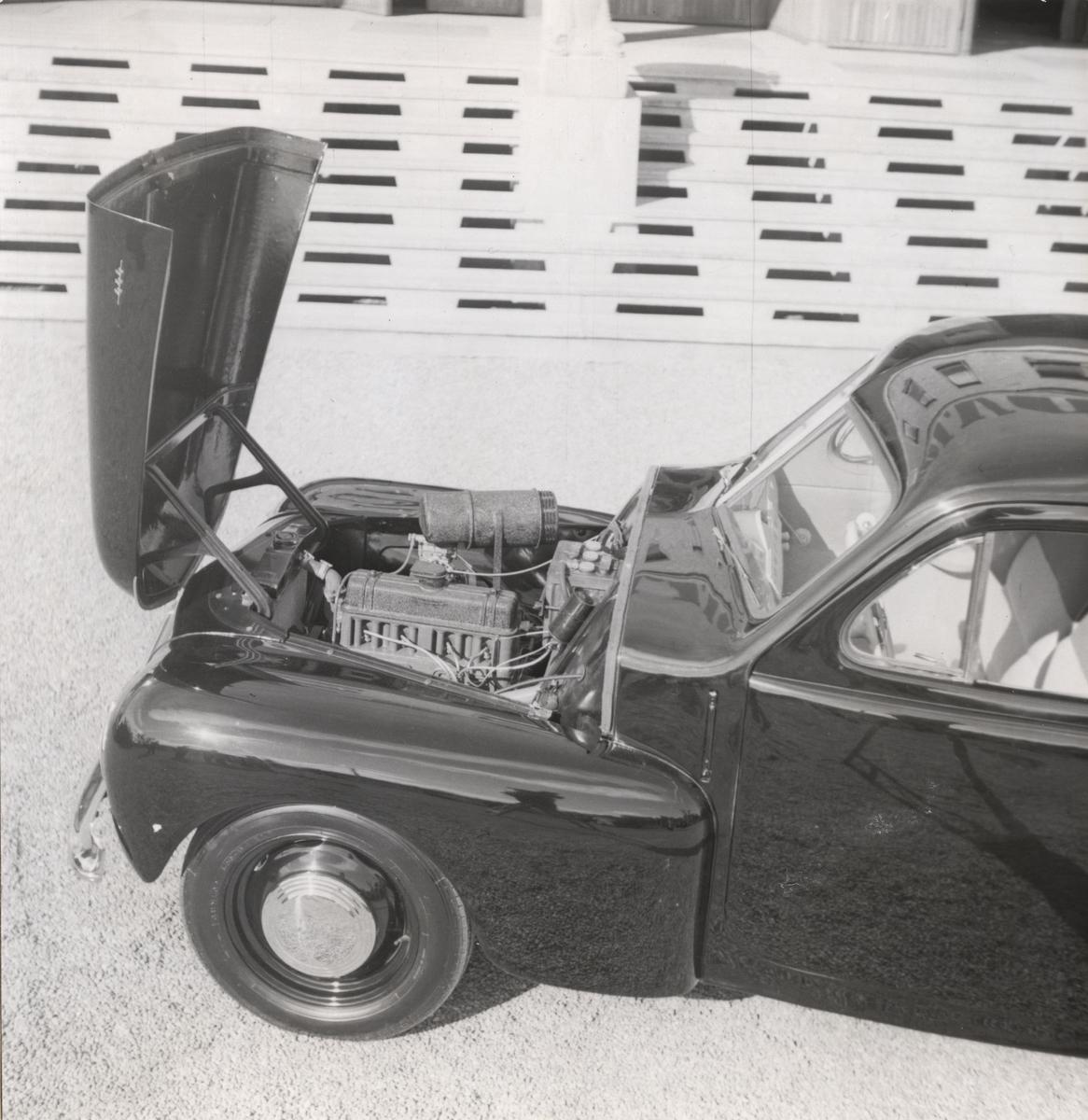 Under motorhuven på Volvos fredsbil modell PV 444, utställd vid Volvoutställningen i Stockholm 1944, den 1 september.