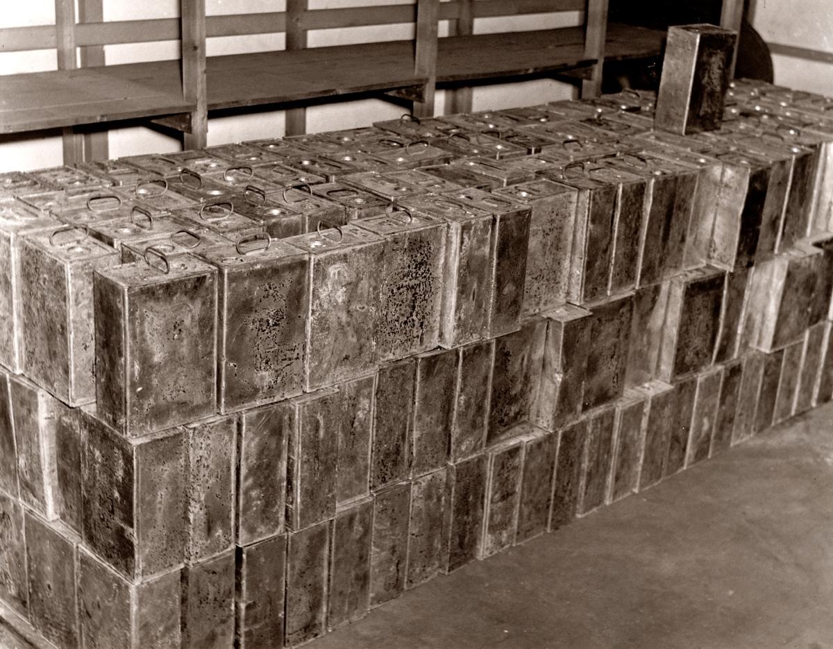Bild från spritsmuggleriets område. 300damejeanner á 10 liter, beslagtagna vid Torö den 9/4 1939.