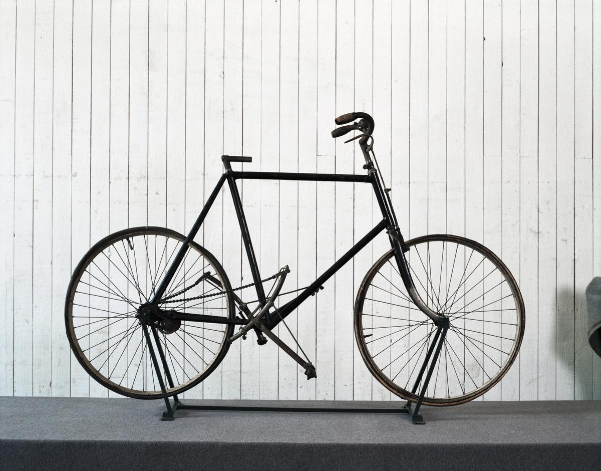 Ej komplett cykel, skärmar och sadel saknas. Ringklocka på vänster sida av styret. Ljus träfärg på fälgarna.