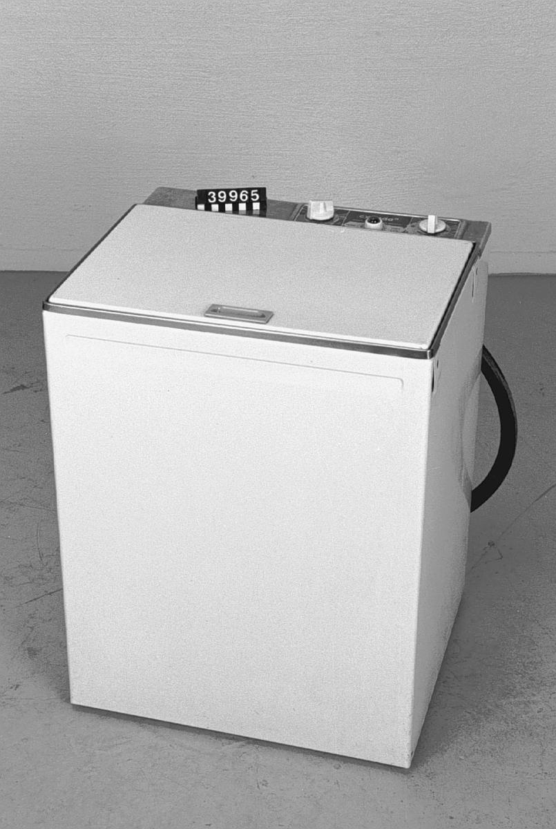 Cylindertvättmaskin, Cylinda 3, av plåt. Max. kapacitet 3,5 kg. Ineffekt motor = =,18 kW Ineffekt värme = 2 kW 1 fas 220V, 10A.