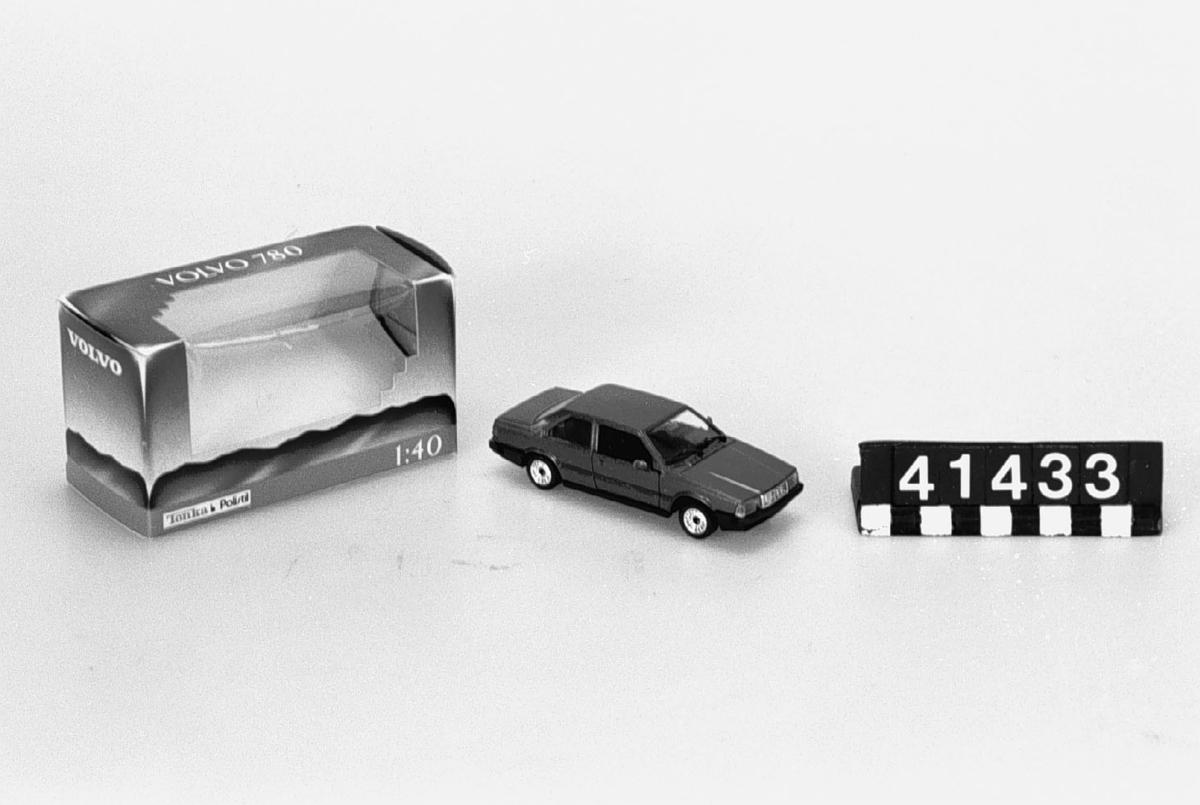 Bilmodell av metall och plast. Text på undersidan: Tonka Corp, Polistil, made in Italy, skala 1:43. Tillbehör: Orginalkartong.