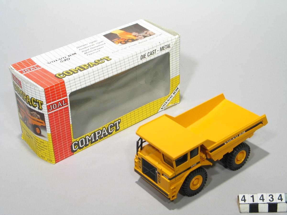 """Tipptruck i skala 1:50 enligt uppgift på förpackningen: """"Totalvikt 62 100 kg, lastförmåga 36 600 kg. Motoreffekt 322 kW (438 HK) SAE."""" Förpackningen är märkt: """"REF.228. Article no 1006666348"""". Tillbehör: Originalförpackning."""