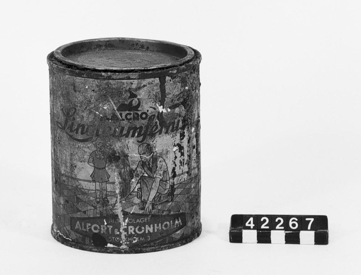 """En plåtburk med: """"Alcro Linolium fernissa, Alcro 270, Aktiebolaget Alfort & Cronholm Stockholm 3"""". 1 liter."""