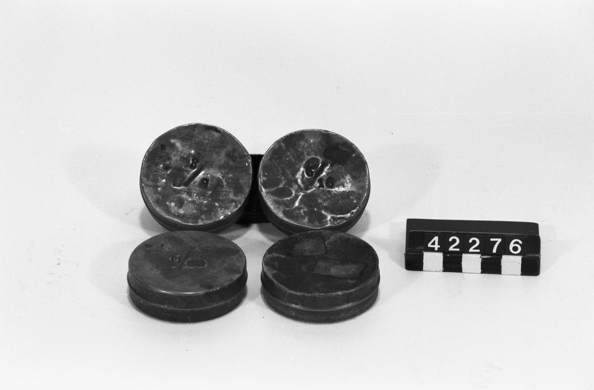 Fyra plåtburkar märkta: 1/4, 3/8, 11/32 resp. 5/16. Vikt: 0,015 kg/burk.