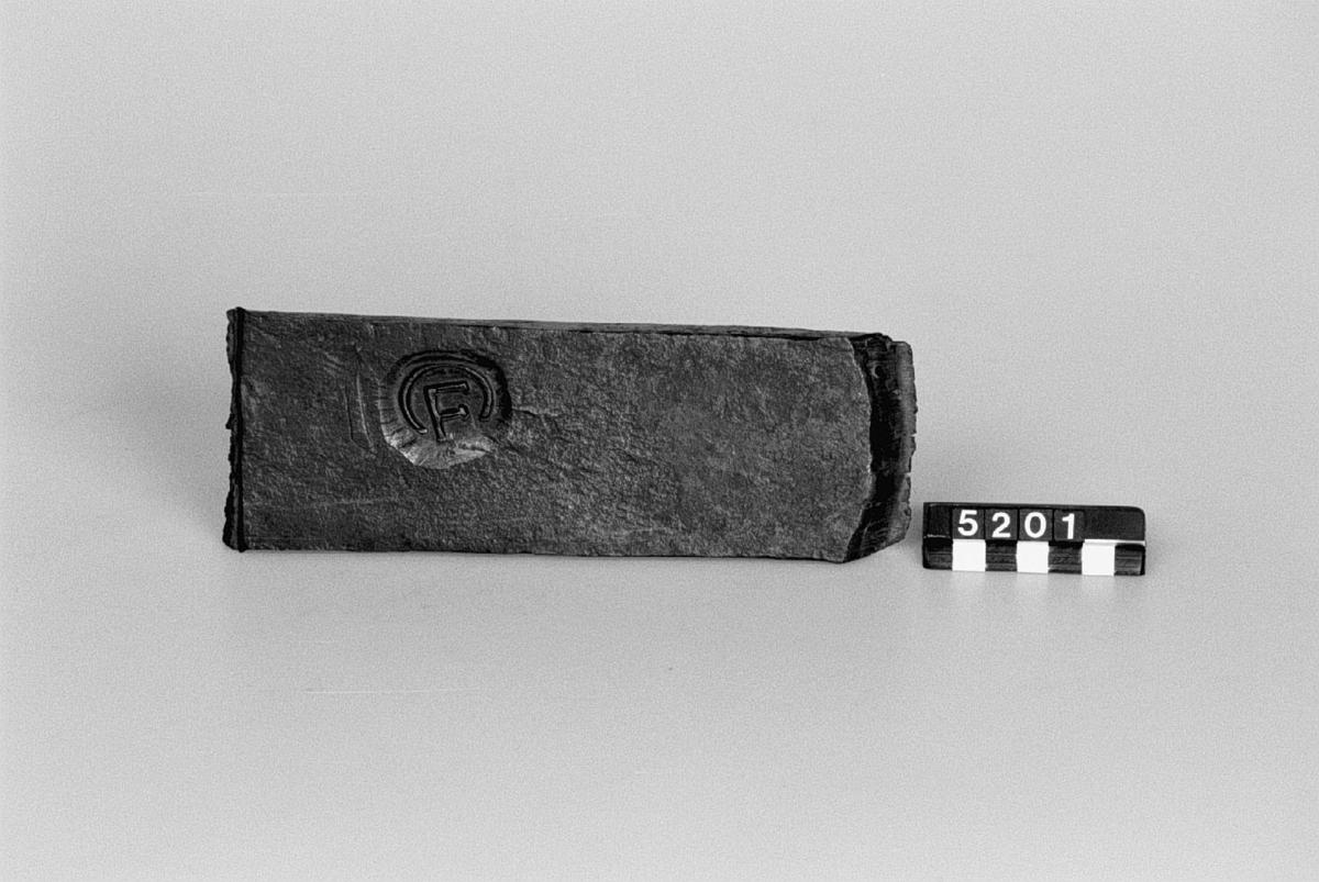 Tre bitar av vallonstångjärn av nuvarande tillverkningen. Längd: 210 mm x 15 x 75 mm.