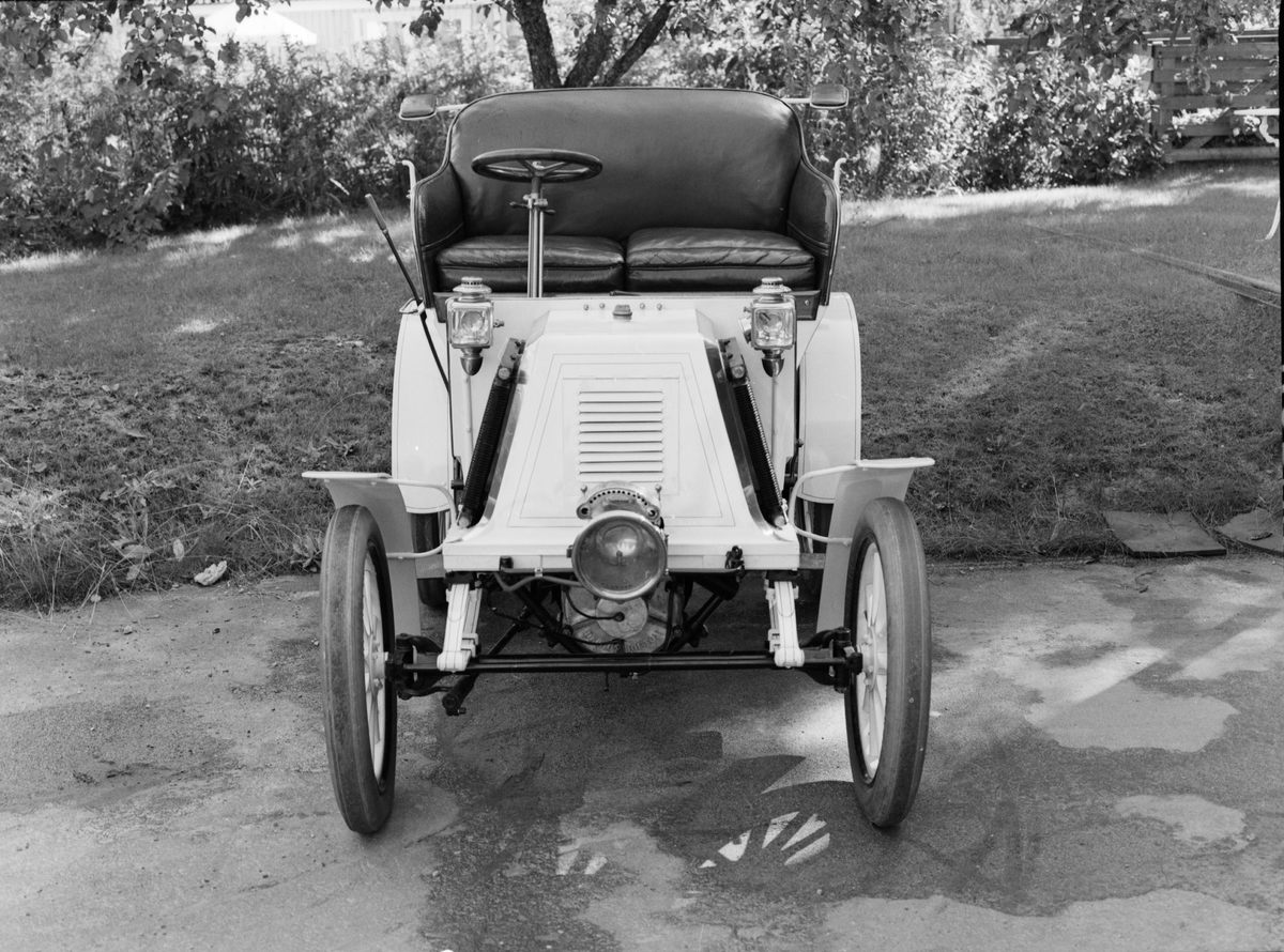 Personbil för två personer med extrasäte för en tredje. Modellen kallades Typ D serie B och har tillverkningsnummer 78. Fransk De Dion-Bouton motor. Bensintanken ligger ovanpå motorn. Vattenkylning enligt termosifonsystemet med två kylare (grova rör) på båda sidor av motorhuven samt ett framtill. Kraftöverföring med kardan till bakaxeln. Kaross av trä med läderdynor i sätena, suffletten har tillkommit senare. Belysning med oljelyktor.  Encylindrig vattenkyld bensinmotor, cylindervolym 450 cc 4 hk vid cirka 1 500 varv/minut Tre växlar och backväxel Högsta fart 35 km/timmen