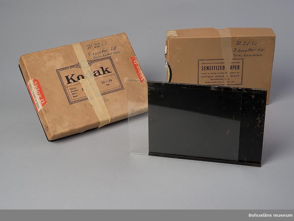 Kamera av fabrikat Hasselblad. Svea kamera med 15 kassetter för glasplåtar. Kassetterna ligger i två papplådor om 7 respektive 8 kassetter. 18,0 x 13,4 x 3,1 cm repektive 19,5 x 14,5 x 3,4 cm. Lådorna anger att det är Eastman Kodak Company som har tillverkat kassetterna. Lådan med 8 kassetter är omlindad med en 1,5 cm bred tejp (frystejp-liknande).  Föremålet ingår i fotograf Ingeborg Enanders ateljéutrustning i fotoateljén i Stenungsund. För ytterligare uppgifter om förvärvet, se UM71.22.001