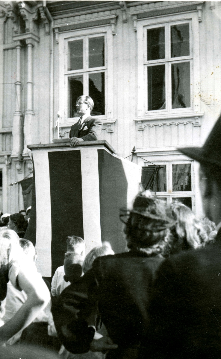 Birger Ruud adressing his home town during the Liberation