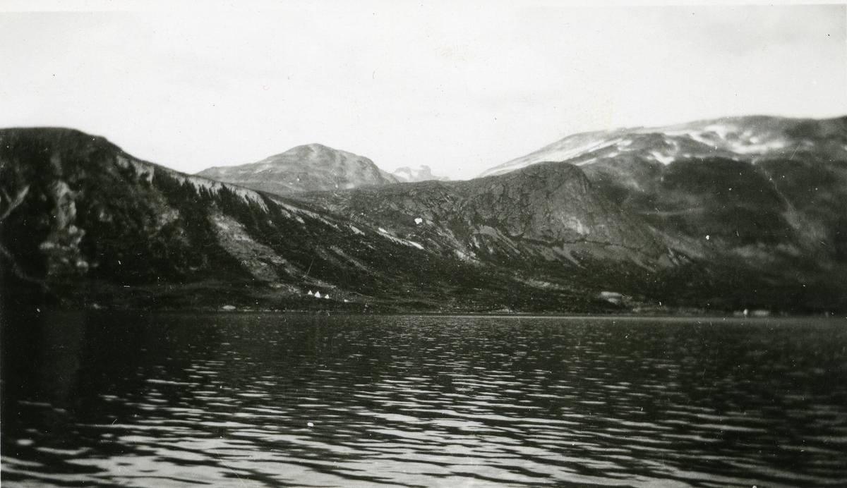 Bygdin, oppgangen til Svartdalen. Til høyre ligger Kalvåhølstindane.