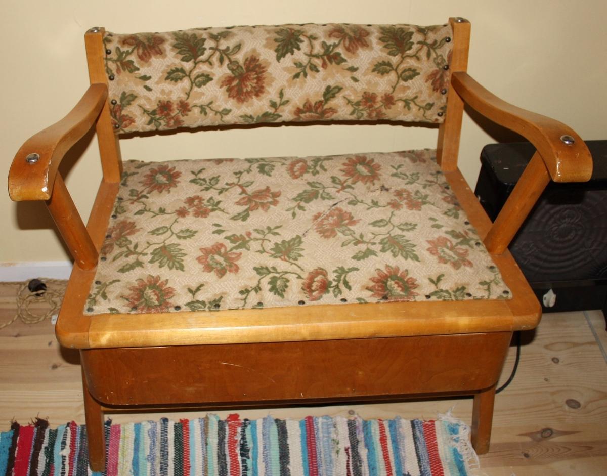 Blomstret motiv i stoff på sete og rygg