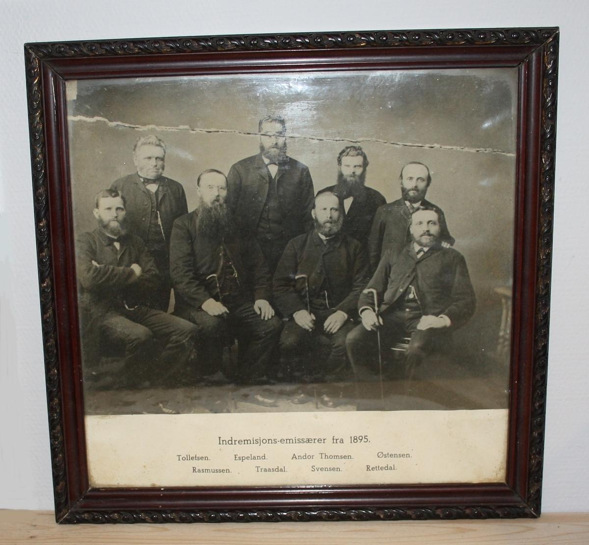 Sort hvitt foto av gruppe på 8 personar, (Indremisjonsemisærer frå 1895, sjå beskrivning, påførd tekst.)