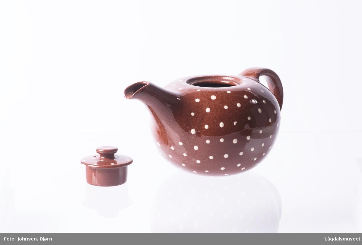 Brent keramikk med hvite prikker.