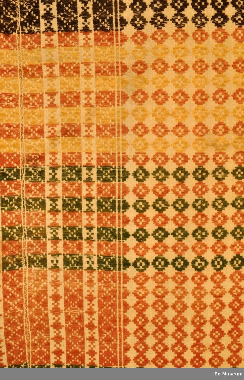 Tverrstriper i fargar, striper på langs p.g.a. teknikken. Kryss, ruter og stolpar.