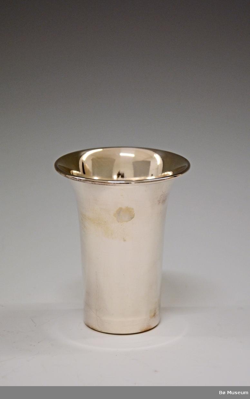Sølvpokal uten innskrift. Stempel: 4 (merke: Aksel Holmsen, Sandefjord) Ikke sølv?