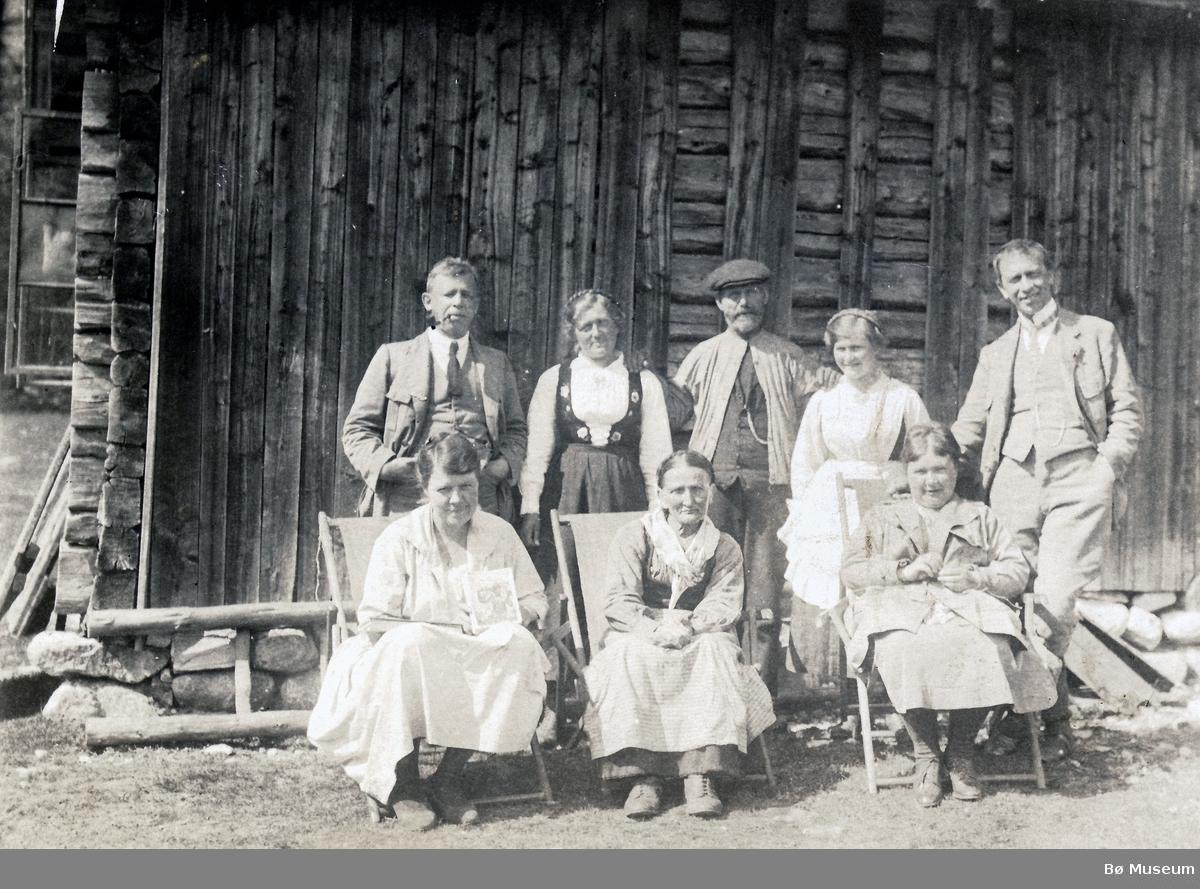 Menneskegruppe utanfor tømmervegg Hollane/Gavlesjå
