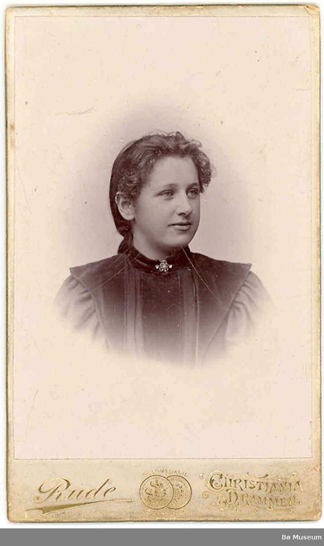 Atelierfoto (brystbilde) av ukjent kvinne