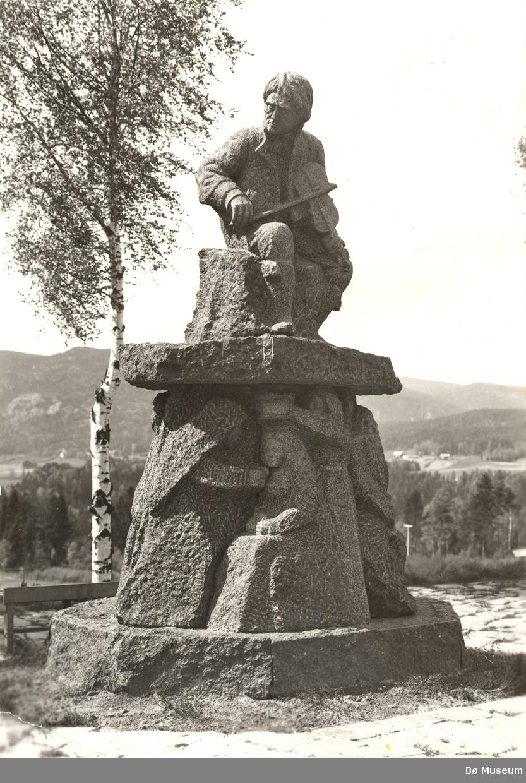 Myllarguten, Torgeir Augundsson, statue på Nordagutu jernbanestasjon i Sauherad