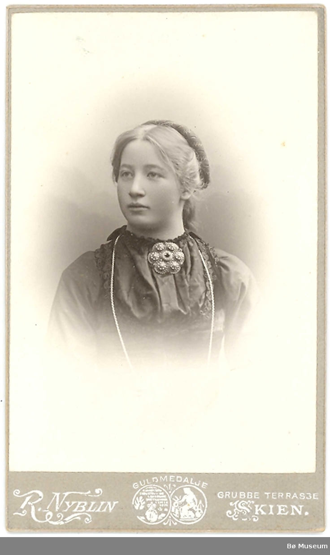 Ung kvinne, portrett, stakk og liv