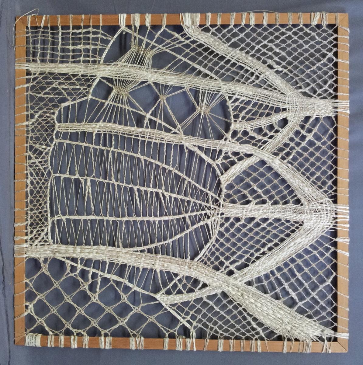 Fyrkantig träram med en knypplad bild i. Knypplingen är utförd direkt i ramen och har på så sätt spänts upp under arbetets gång. Motivet är inspirerat av tre stora, hängande lampor. Arbetet är utfört i dels ett tvåtrådigt, oblekt lingarn, dels i ett halvblekt, lösspunnet grovt lingarn.