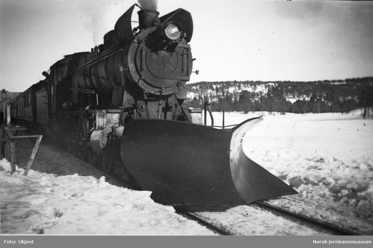 Damplokomotiv type 30b foran persontog, trolig på Nordlandsbanen