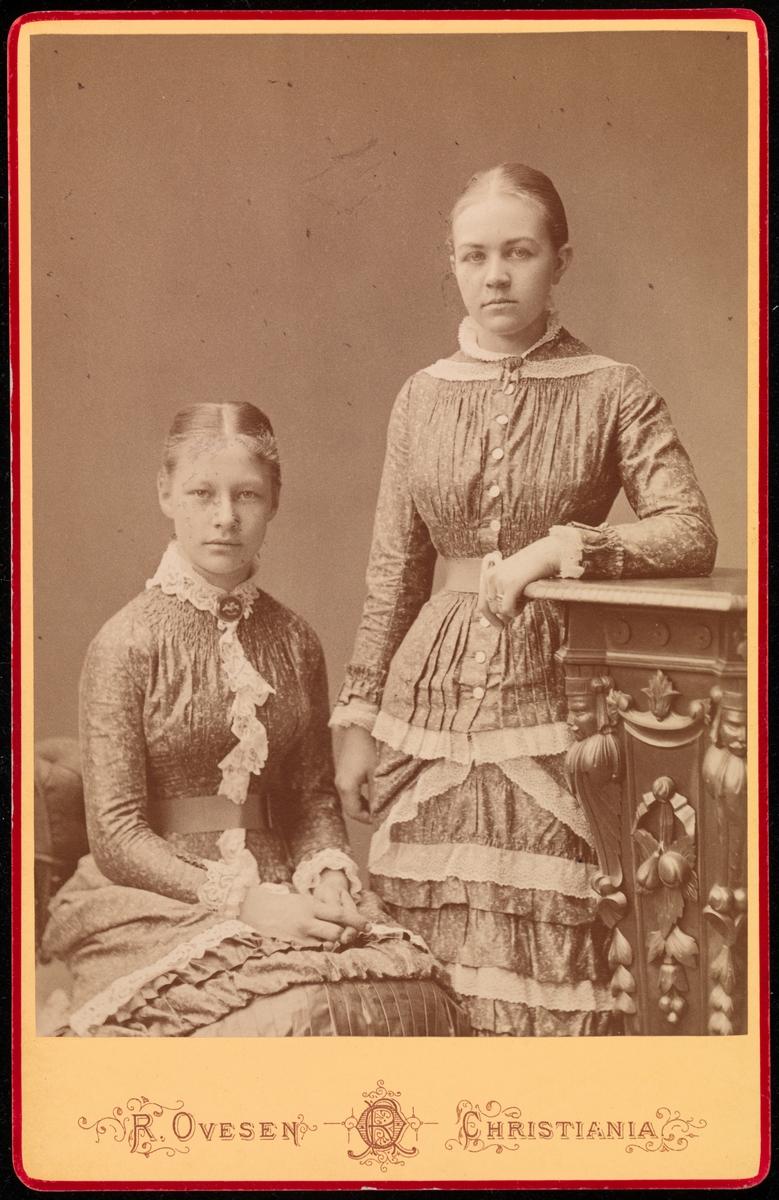 Portrett av en ukjent kvinne og Agnes Mathiesen i cabinetformat.
