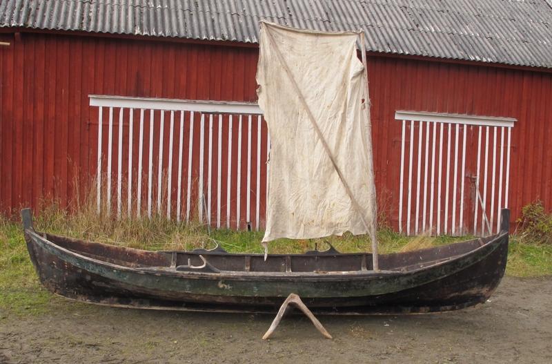 Gammel innherredsbåt med stamnsegl. (Dette står riktignok i tofta og ikke i stevn). Denne båten er litt større enn en to-kne færing. (Foto/Photo)