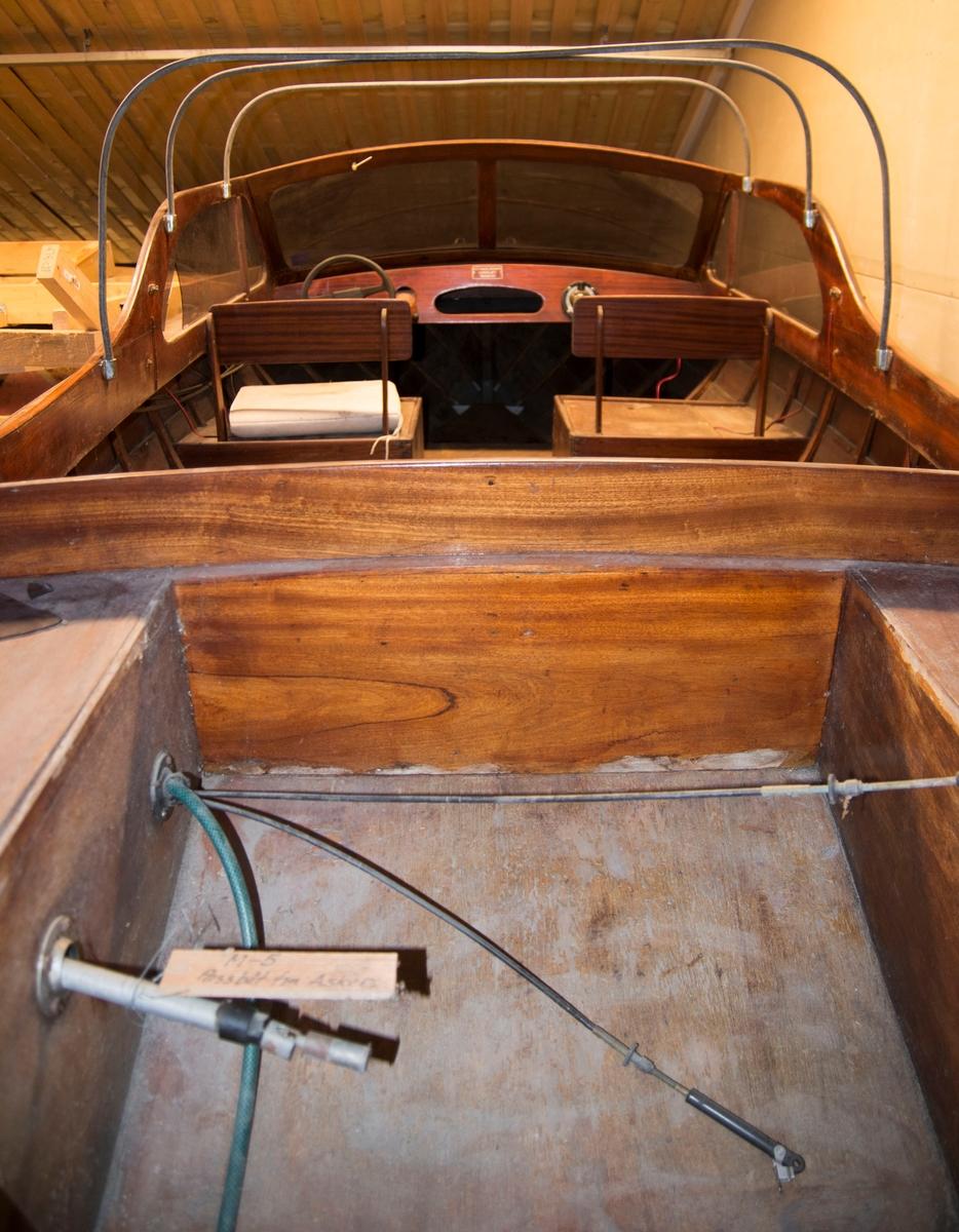 Passbåt av tre. Klinkbygd med ribber. Spant i bunn. 10 bordganger.