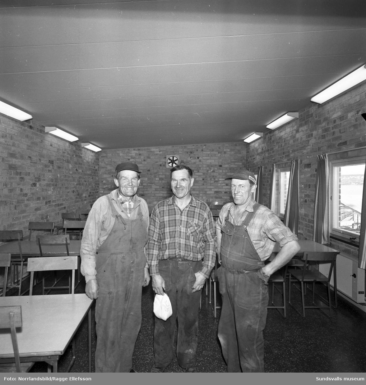 Stuveriarbetarna i Tunadal ser glada ut över sin nya matsal som är inrymd i en barack på hjul. Från vänster: Ernst Höglund, Albert Johansson och Gottfrid Zetterqvist.