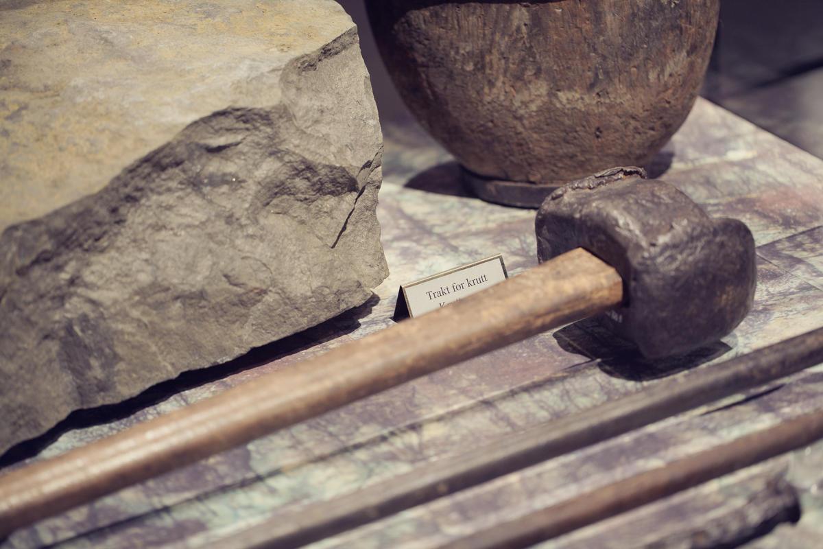 I gruvene måtte bergmannen bruke kreftene mot det harde berget med hjelp av slegge og bor