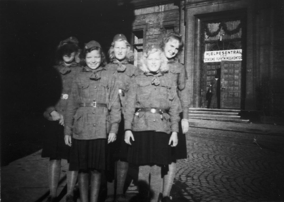 Speidere fra Vang H. på tur til Oslo  for å ta i mot kongen 7. juni 1945. F.h Oddbjørg Rogstad, Randi Berg, Jorun Sigstad, Tora Svenkerud, Gina Sigstad. Frigjøringen.