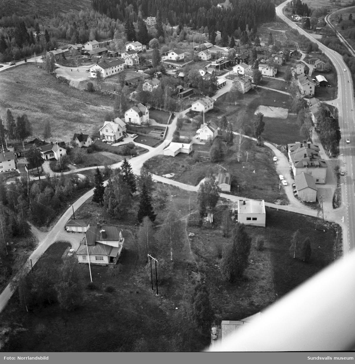 Flygfoton över norra delen av Tunadal. Ett par av bilderna fokuserar på de två villorna vid Kulvägen 11 och 13 där man tydligt kan se två barn vinka till flygplanet från en av gräsmattorna.