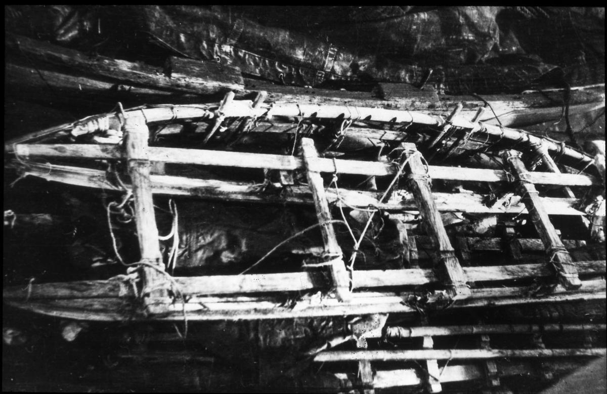 Andréexpeditionens kälke och båt ombord på Bratvaag. Diapositiv, glas.
