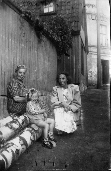 Three generation women at Enerhaugen. Foto/Photo