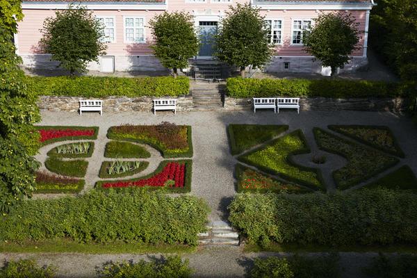 Hagen ved Leikanger prestegårt. Foto/Photo