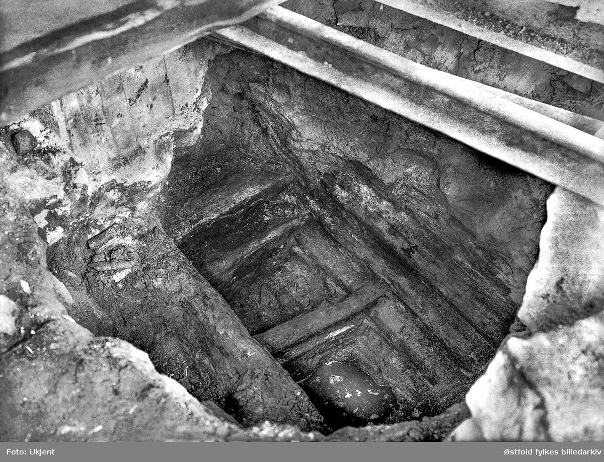 Ved en graving under verandastua til Borregårdsveien 5 i Sarpsborg påtraff man i 1927 et tømret kar. Dette kan ha vært et fundament for en vollport. Fotografert i 1928.