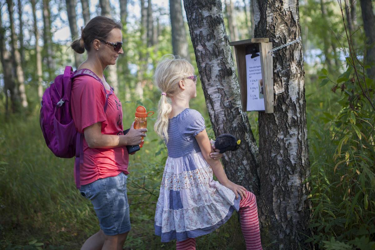 Foto av mor og datter som prøver seg på natursti (Foto/Photo)