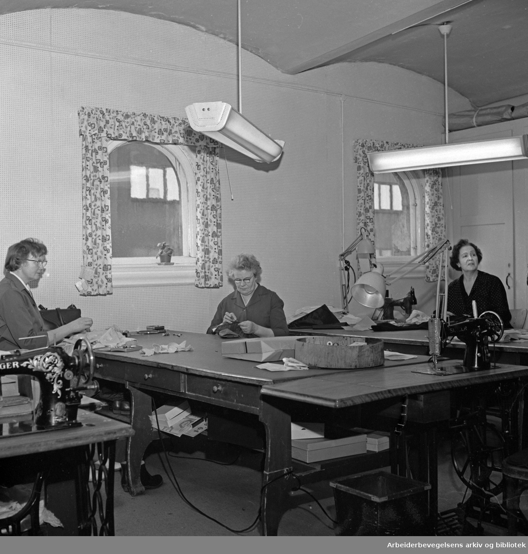 Nationaltheatret bak kulissene. .Serie med fotografier fra tekniske avdelinger, malersal, snekkerverksted, kostymeavdeling etc. .1964 og 1965.