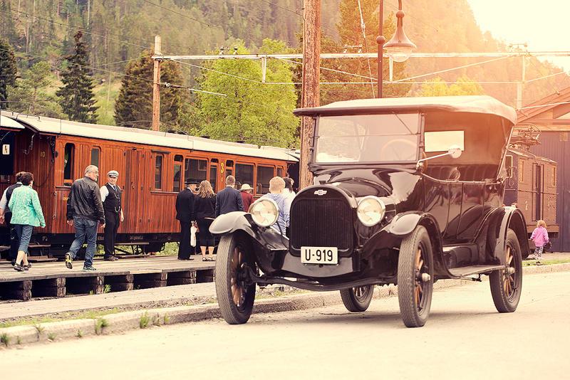Løkken stasjon 1. juni 2016 - tog og veteranbil
