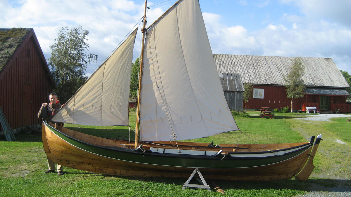 Åfjordsbåt. Storfæring, about 20 ft. Usually the åfjord boats are square rigged, smaller boats can also have a fore-and-aft rig.