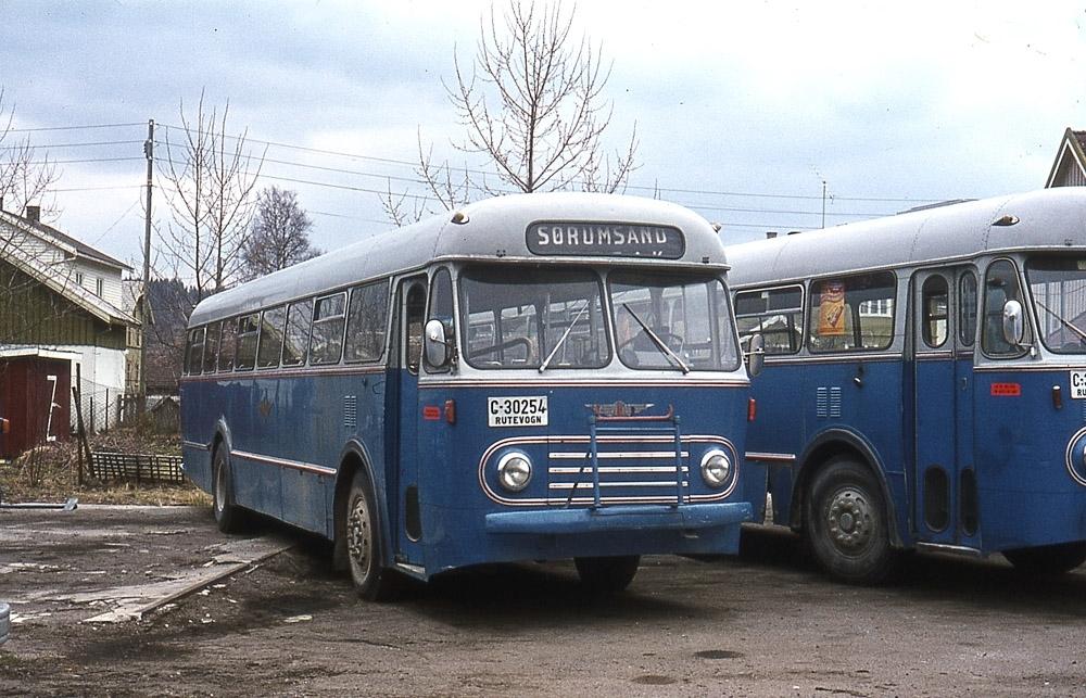 En av NSB Bilruters busser på Bjørkelangen, kjennemerke C30254.